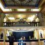 Ha beljebb mennek, ezt láthatják (a recepciós pultot). A szállodát igazából hostelnek lenne jogos nevezni, az egykori elegáns 700 férőhelyes intézményből mára olcsó tömegszállás lett.