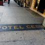 De ha ugyanott állva lenéznek, a Hotel Cecil feliratot olvashatják, csakúgy, mint a szállodában, és a szálloda külsején, szinte mindenhol. A hotel tulajdonosai nem véletlenül változtatták meg a nevét: sorozatgyilkosok, öngyilkosok és szellemek történetei fűződnek a Hotel Cecilhez.