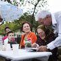 Franka Tibor, a város polgármestere saját alkotásával: a Kerepes c. könyvvel ajándékozza meg a 87 éves Sárvári nénit