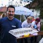 A rövid zivatar után fodros szélű alumíniumtálcán szervírozott tökéletes állagú kókuszkocka nagyban hozzájárult, hogy a Nefelejcs party tovább folytatódjon