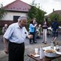 Gyula bácsi mindegyik utcabálon itt volt eddig, születése (1936) óta itt lakik a faluban, teljesen oda volt a lángosért