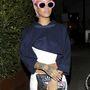 Ilyen az, amikor Rihanna a napszemüvegéhez festeti a haját.
