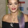 Rita Ora óvatosan követi a trendet, csak félig lógatta a haját egy kis zöld, majd lila festékbe.