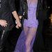 Pixie Geldof, mint lila ruhás (és bugyis) nő.