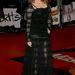 Kylie Minogue a Brit Awards díjkiosztón, a karjai is átlátszanak, de a többséget nyilván inkább akkor már a lábak érdeklik