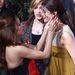Teri Hatcher fülbevalóját Eva Longoria igazítja meg.