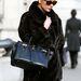 Catherine Zeta Jones is szőrmében melegszik, karján -akárcsak Beckhamnéén- Hermes táska lóg...