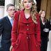 Taylor Swift piros kabátja melegnek tűnik.