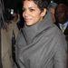 A színésznő szürke kabátja elegáns és praktikus.