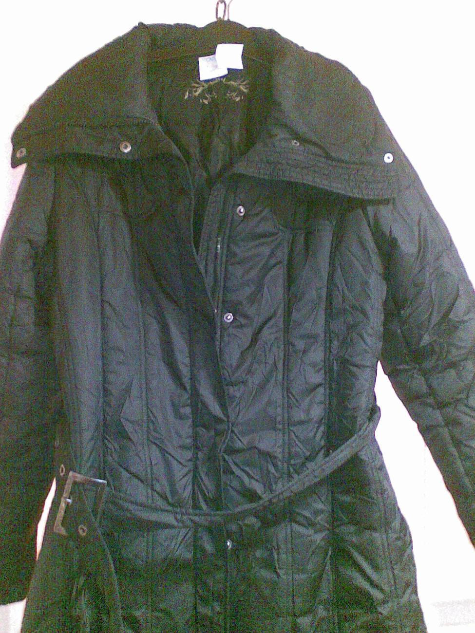 Jennifer Lopezt az American Idol forgatási szünetében fotózták le fehér bundában: ilyen kabátot műszőrméből is lehetne készíteni.