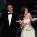 Anne Hathaway most Givenchybe öltözött át, mellette műsorvezetőtársa, James Franco