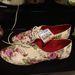 Zara: Akinek kényelmes cipőre van szüksége, vegyen virágos vászon oxfordcipőt 8.995 forintért.