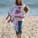 Egyik kislányát cipeli