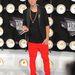Justin Bieber piros nadrágban, ocelotos cipőben arany fuksszal - nem értjük.
