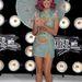 Katy Perry ernyővel pózolt.