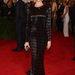 Rosie Huntington-Whiteley Burberry-ruhájának is volt egy kis uszálya azért
