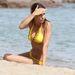 Elisabetta Canalis szintén Szardínián nyaralt, először citromsárgában