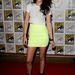 És igen, Kristen Stewart is befutott. Elsőre sima neonsárga szoknyának néztük ezt, de kockás, komolyan. A cipőt alighanem leszedte valakiről, mert fájt a lába magassarkúban