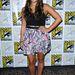 Jenna Ushkowitz, a Glee színésznője unalmában a szoknyájával origamizott