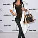 A hamisnak tűnő Louis Vuitton táskával (biztos eredeti) olyan Kim Kardashian, mint ahogy a hollywoodi filmekben a szegény mexikói bejárónőt elképzelik