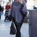 2012 január: Kardashian tárgyalásra igyekszik, onnan lézeres szőrtelenítésre megy majd. Mindezt poncsóban.