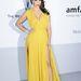 Kardashian az amfAR gálán Angelina Jolie-zik.