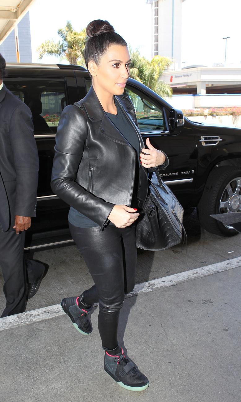 Július 16: már megint a reptéren van a páros Los Angelesben. KArdashian is megszerette a bőrnadrágot és a minél egyszerűbb fekete ruhákat.