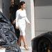 Így indulnak el reggel Kanye West házából. Kardashian egyfolytában olyan, mintha valami elegáns eseményre készülne.