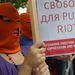 Ő sem a lebarnulástól fél, hanem azt szeretné, hogy engedjék ki a börtönből az orosz Pussy Riot együttes tagjait, ezért tüntet a londoni orosz nagykövetség előtt