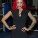 Jodie Marsh dekoltázzsal promotálja a Queen of the Ring című női birkózóeseményt
