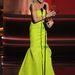 Julie Bowen a Modern családból egy zöldbe hajló Monique Lhuillier-ruhában
