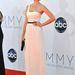 Jessica Paré, szintén a Mad Menből, egy elegáns, fehér Jason Wu-ruhában