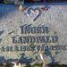 Ezen a sírkövön is egy szív látható, de nem egy egész