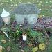 Ezt a házikó alakú sírkövet vadgesztenyékkel rakták ki
