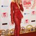 Rita Ora vörös blézer-nadrág kombinációban