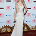 Taylor Swift fehér-gyöngyház-stb. színekben pompázó estélyijében