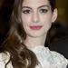 Anne Hathaway a megszokott frizurájával