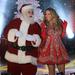 Mariah Carey egy Mikulással lép fel New Yorkban a Rockefeller Center karácsonyi fényeinek felkapcsolásakor