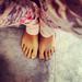 Meztelen lábujjak és kopott körömlakk
