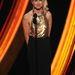 Naomi Watts aranypartedlivel a nyakában beszél