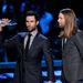 A Maroon 5 két tagja: Adam Levine a díjjal és James Valentine a hosszú hajjal