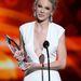Taylor Swift mellköze nyilatkozik a díjátvételkor