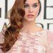 Palvin Barbara a Golden Globe-gála vörös szőnyegén bevonul