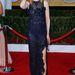 Nicole Kidman a kezével a haját túrja, a lábával dzsolizik