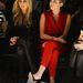 Vörös kezeslábasban a divatbemutatón