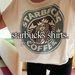 Fontos: olyan kávézóba kell járnia, ahol elvitelre kérheti a tejeskávét. Ha beszerez egy ilyen pólót, mégjobb.