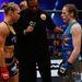 Ronda Rousey (fekete trikóban) most fog Sarah Kaufmannal (kék trikóban) megverekedni