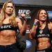 2013. február 23.: Ronda Rousey most Liz Carmouche-sal pózol egy meccs előtt
