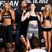 Ronda Rousey itt Sarah Kaufmannal pózol egy nappal 2012. augusztus 18-i meccsük előtt