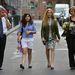 A két lány ismerősök ballagására jött a Kisképzőbe, laza nyárias cuccban, biztonsági esernyővel.